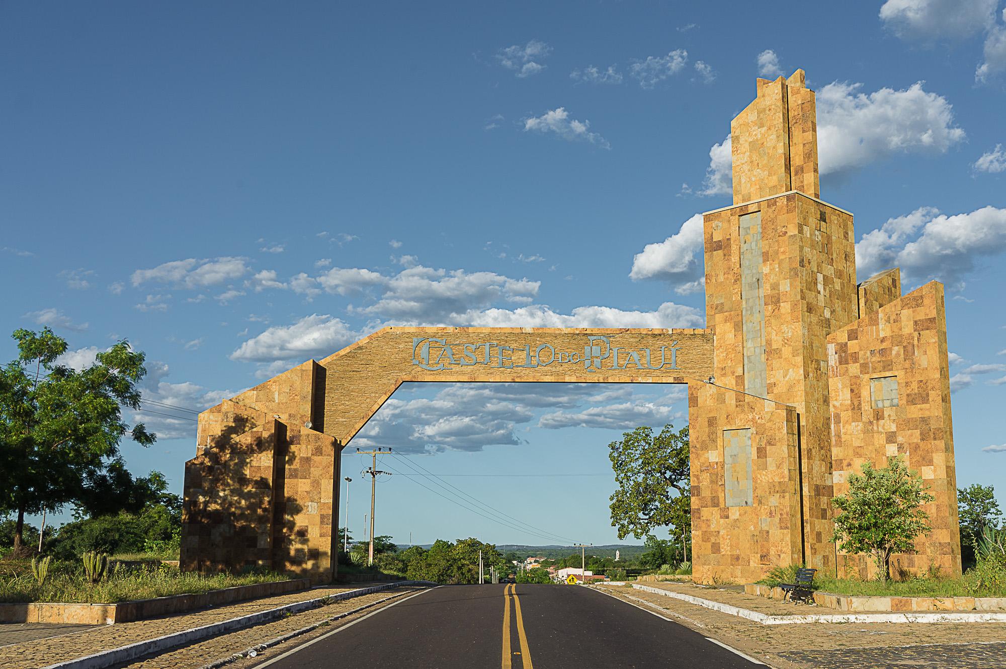c180e1591eb Pórtico da entrada da cidade de Castelo do Piauí