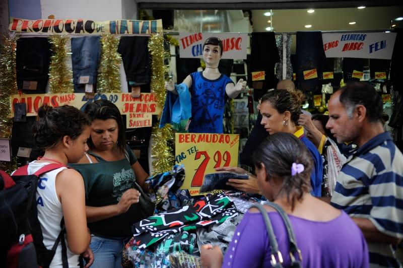 Consumidores vão às compras no maior centro comercial popular do Rio ... 970f9fdb9f733