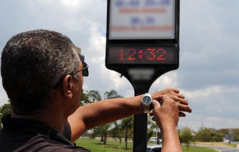 04d47b1cb87 Horário de verão. Relógios devem ser atrasados em uma hora ...