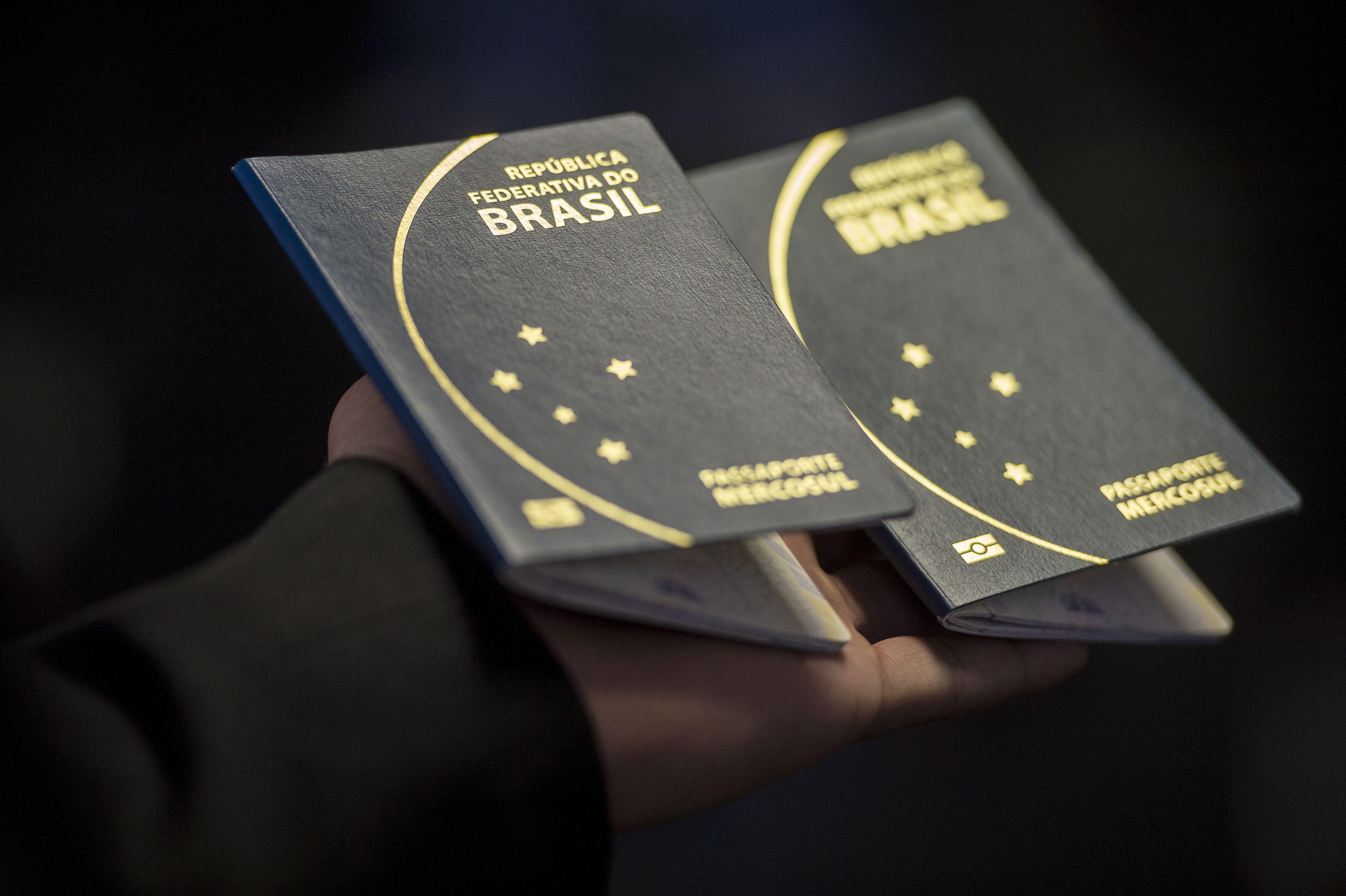 Novo passaporte comum eletrônico brasileiro. O documento passou a ser emitido desde a última segunda -feira (6) pela Polícia Federal e Casa da Moeda, e terá prazo de validade de 10 anos (Marcelo Camargo/Agência Brasil)