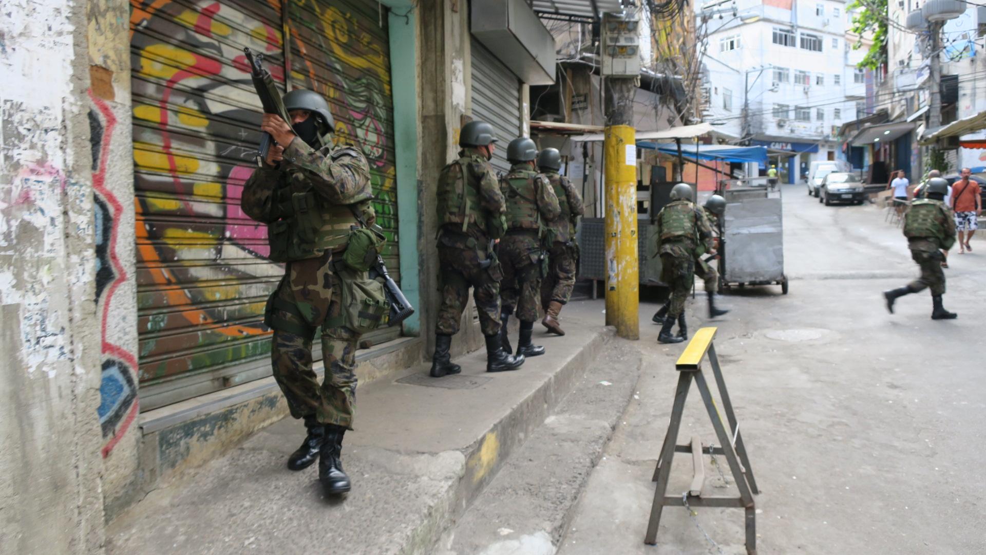 Resultado de imagem para foto de militares nas favelas do rio