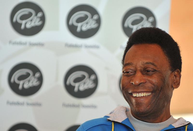 Pelé passa mal e é medicado em Paris